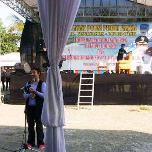 Pulang Kampung Mentri Susi Ikut Serta Dalam Aksi Pungut Sampah