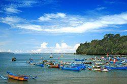 Puluhan Perahu Rusak Akibat Dihantam Gelombang Besar