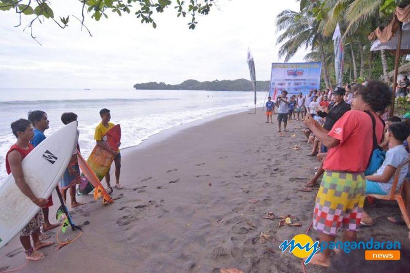 Puluhan Peserta Ramaikan Kompetisi Surfing di Batu Karas Pangandaran