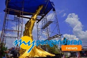 Sambut Tahun Baru, Tugu Bundaran Pangandaran Berwarna Emas