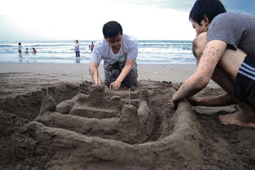 SMAN 7 Bandung Bermain Pasir di Pangandaran