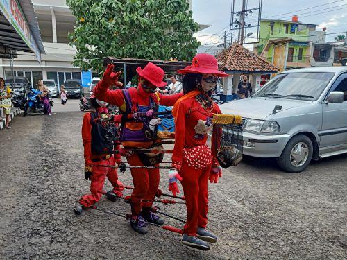 Unik, Penari Boneka Hibur Wisatawan di Pangandaran