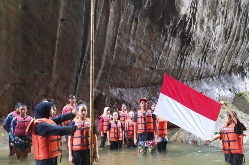 Unik, Penggiat Wisata Batu Lumpang Pangandaran Peringati HUT ke-76 RI di Sungai Ciwayang