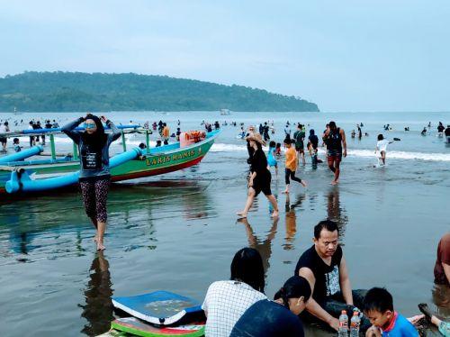 Update Info Liburan Paskah, Wisatawan Padati Pantai Pangandaran, Green Canyon Airnya Coklat
