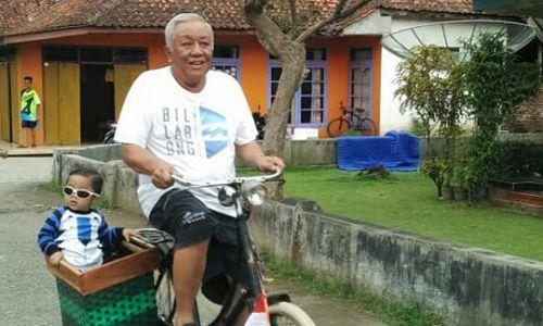 """Wakil Bupati Pangandaran Tertangkap Kamera Sedang """"Ngasuh"""" Cucu Pakai Sepeda"""