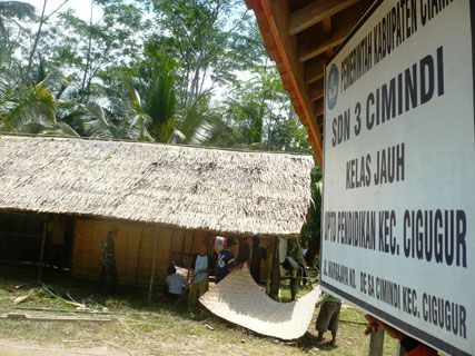 Warga Kecamatan Cigugur Bangun Kelas Darurat
