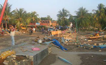 Warga Pesisir Batukaras Mengikuti Simulasi Tsunami