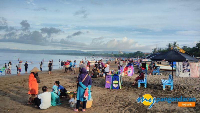 Weekend Jelang Libur Imlek, Pantai Pangandaran Cukup Ramai
