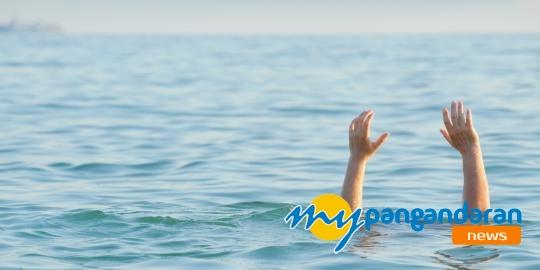 Wisatawan Ceburkan Diri ke Laut