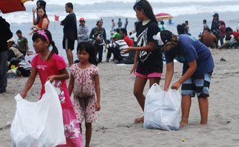 Wisatawan Ikuti Lomba Mengumpulkan Sampah Plastik