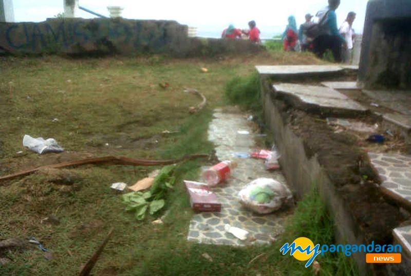 Wisatawan Keluhkan Kurangnya Fasilitas Kebersihan di Batu Hiu